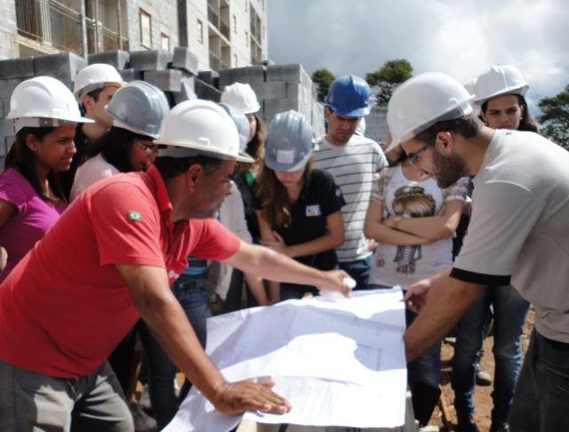 No dia 16 de março de 2012, a Construtora Tenda recebeu petianos e colaboradores em seu canteiro de obras. No bairro São Pedro, em Juiz de Fora, o engenheiro Luiz Cesar Nascimento apresentou aos al…