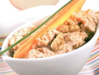 Für den Karotten-Apfel-Nuss-Aufstrich Karotten und Apfel fein raspeln. Topfen mit Jogurt glatt rühren, Karotten, Apfel und Walnüsse untermischen