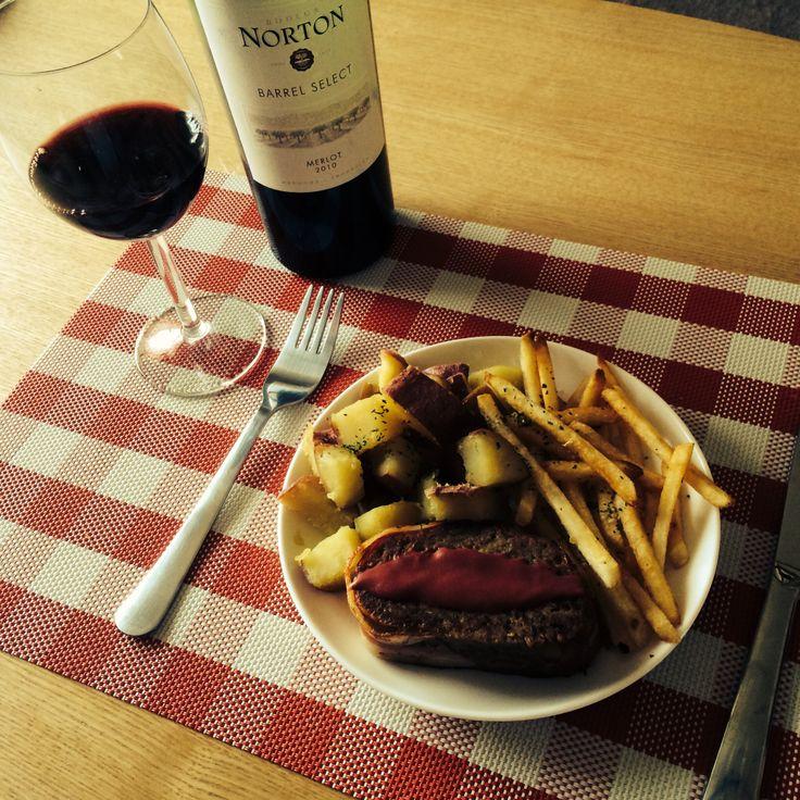 Meatloaf, patate, et vin rouge.