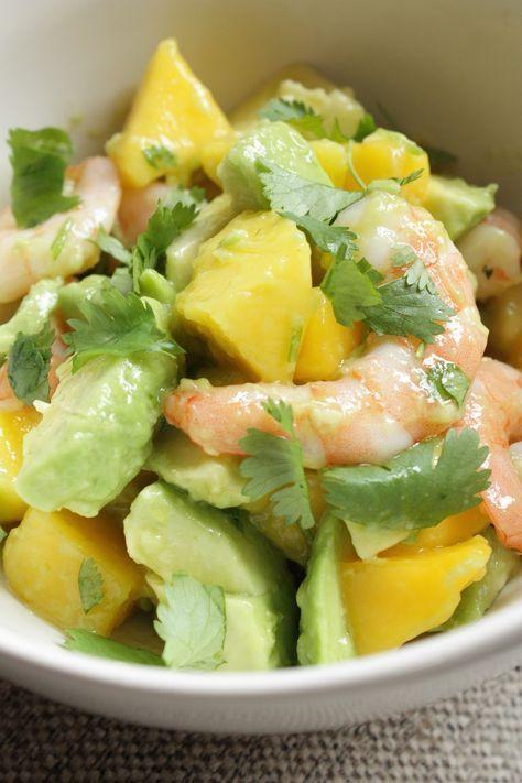 Salade met avocado, mango en garnalen ~ Schil de mango's en snijd ze in blokjes. De avocado's snijd je ook in blokjes en doe je samen met de mango in een schaal. Schep hier de garnalen door samen met het sap van de 1/2 citroen. ~ Klop een dressing van de olijfolie, honing, chili, peper en zout. Sprenkel deze over de salade en strooi er gehakte koriander over naar smaak. Schep de salade nog een keer door en serveer direct.