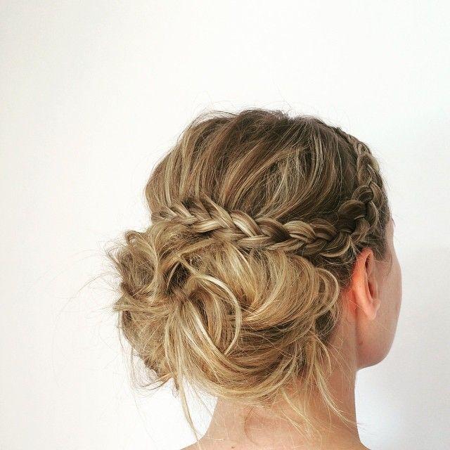 #mulpix Et så levende, smukt og sundt hår som Charlottes tror jeg de fleste af os misunder. Denne frisure har til formål at fremhæve hendes smukke highligts og holde nakken fri her i varmen. Her til aften er hun til et bal i livgarden med deltagelse fra selveste Dronning Margrethe  Efter billedet blev taget satte jeg sten i for at få frisure og kjole til at spille helt sammen  #Mostlyhairstylesportfolio  #updo  #hairdo  #hairdresser  #hairdresser  #hair  #frenchbraid  #braid  #fashion  #...