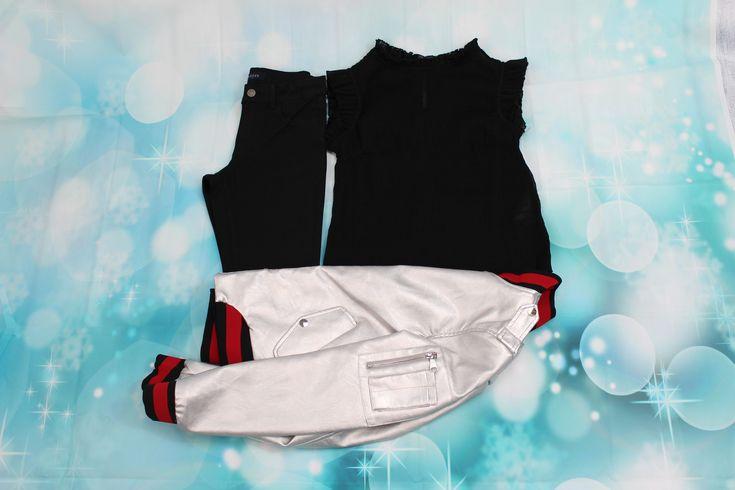 Look pantalones pitillo, blusa negra transparente y chaqueta plateada.
