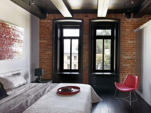 темный деревянный потолок в спальне