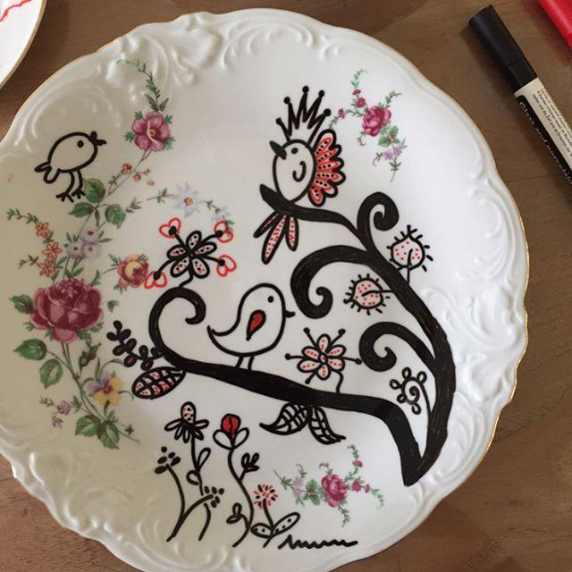 Creatief met porselein stiften en vintage porselein. Een geweldige combinatie ❤️. #porseleinstiften #vintage #servies #doodles #cecielmaakt