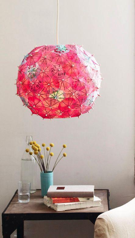 Geweldige lamp van papieren parasolletjes. Leuk voor een kleurrijke kinderkamer. Goedkope knutsel tip van Speelgoedbank Amsterdam voor ouders en kinderen. Budget. Goedkoop knutselen.
