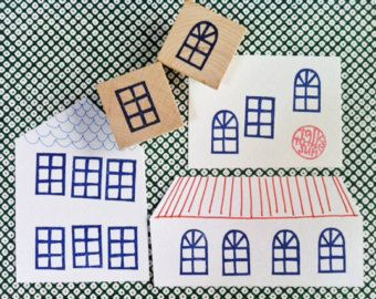 land huis hand gesneden rubber stempel. Noordse dorpshuis Rubberstempel. Kies optie! u kunt kiezen uit: -huis stempel alleen no.1 (niet gemonteerd of gemonteerd) -huis stempel alleen no.2 (niet gemonteerd of gemonteerd) -set van 2 huis postzegels (niet gemonteerd of gemonteerd) elke stempel is hand getrokken en handgesneden door talktothesun. Dit zal een grote stempel voor brede waaier van ambachtelijke projecten. eenvoudig is het beste!  GROOTTE: over 5.5cmX4cm (2.16inX1.57in) huis no.1…