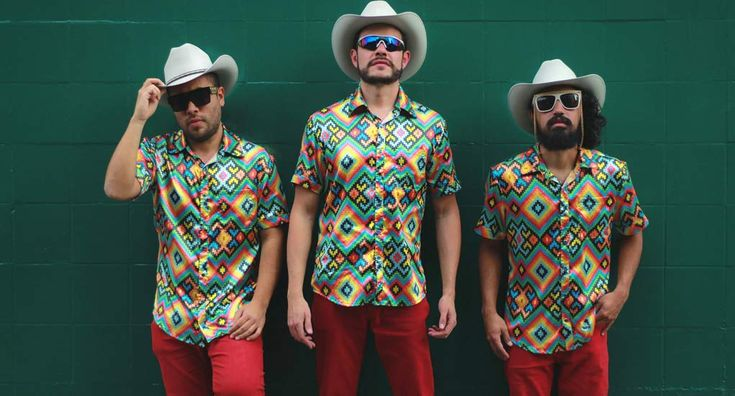 Los Master Plus, banda de cumbiatrónico y sabrosindie, cómo ellos mismos definen su música, presentaron el video clip de Vengache Pa'ca, sencillo en conjunto con Caloncho y que se desprende de su más reciente trabajo titulado Adelante.