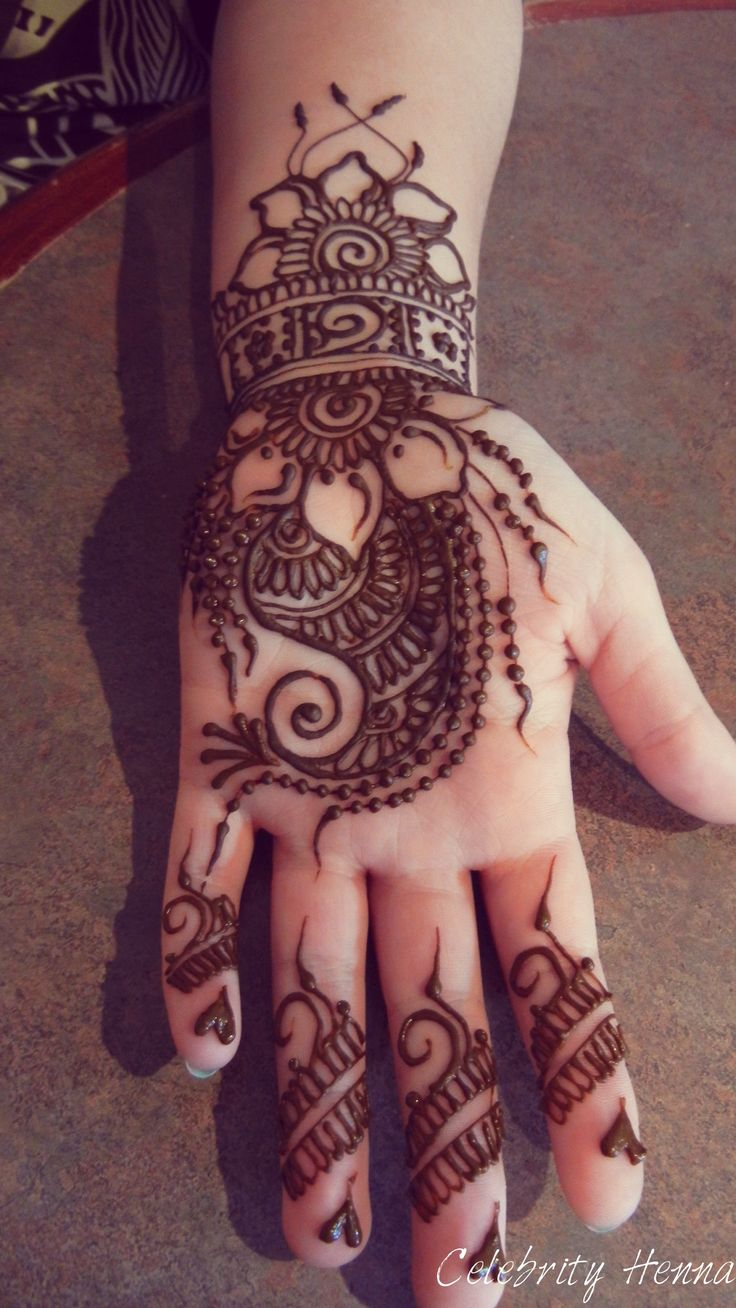 Fun flowery henna palm for a VIP here. By celebrity henna
