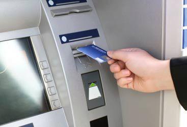 Arriva la tassa sui prelievi al bancomat. Ecco chi colpirà