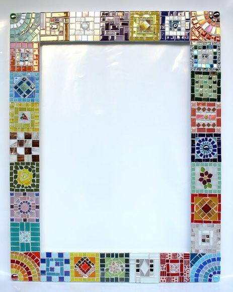 """""""Uma explosão de alegria! É esse o sentimento que temos ao nos deparar com essa moldura em mosaico que é um verdadeiro pathwork de vidros"""". Essa é a descrição dessa peça por uma cliente que adquiriu uma similar a essa. A diversidade de cores, formas e materiais que compõem essa moldura de espelh..."""