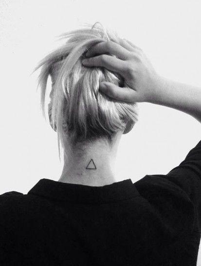 Triangolo tatuato sulla nuca