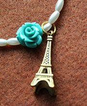 OH, L´AMOUR! Pulsera cuentas color perla y dijes de Torre Eiffel color dorado y rosa color verdemar; herrajes dorados.