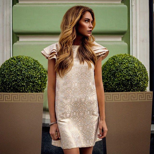 Платье из богатого жаккарда с золотыми нитями вполне самодостаточно и не требует дополнительного декора, бежевая обувь и образ готов