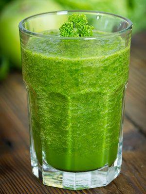 Suco verde desintoxicante  Rende: 1 copo grande (300 ml)   Ingredientes  • 1 folha de couve (ou outra folha verde-escura)  • 1 maçã média com casca e sem semente, cort...