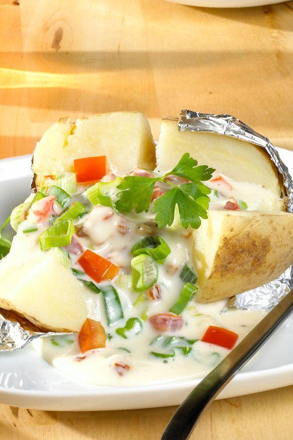 Rezept Baked potatoes mit Käse-Dip. Baked potatoes passen wunderbar zu Salat, Steaks und Gegrilltem. #cestbon