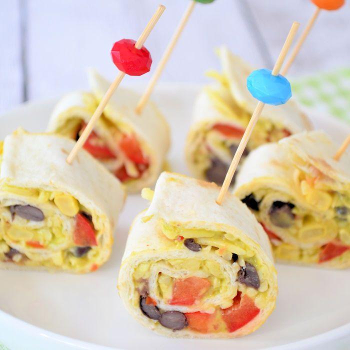 De wrap met kipfilet en kruidenkaas kent iedereen nu wel, probeer deze Mexicaanse wrap hapjes eens uit! Iedereen zal er dol op zijn!