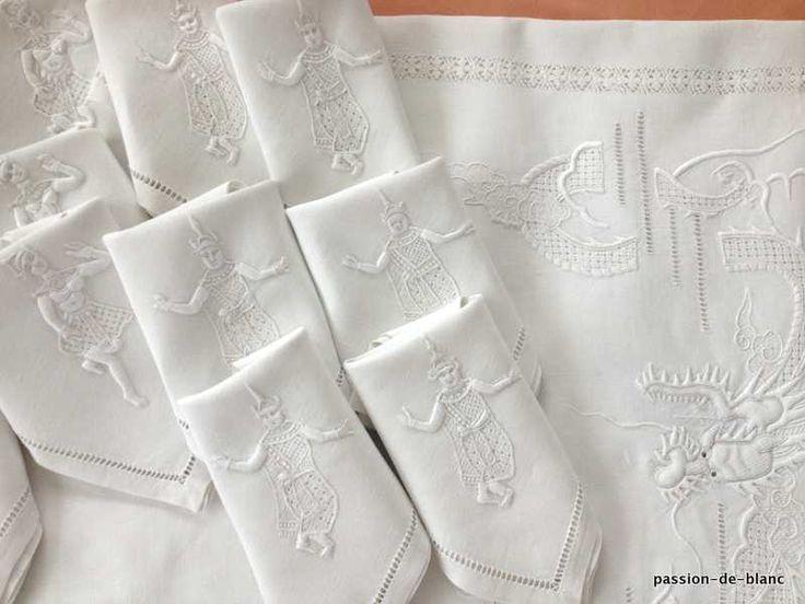 Проданные товары> Старый белье стол> Старая одежда / Красивые установка с ручной вышивкой символов на льняной ткани стол - старый белья - Страсть де Блан - Античный текстиль - старые кружева