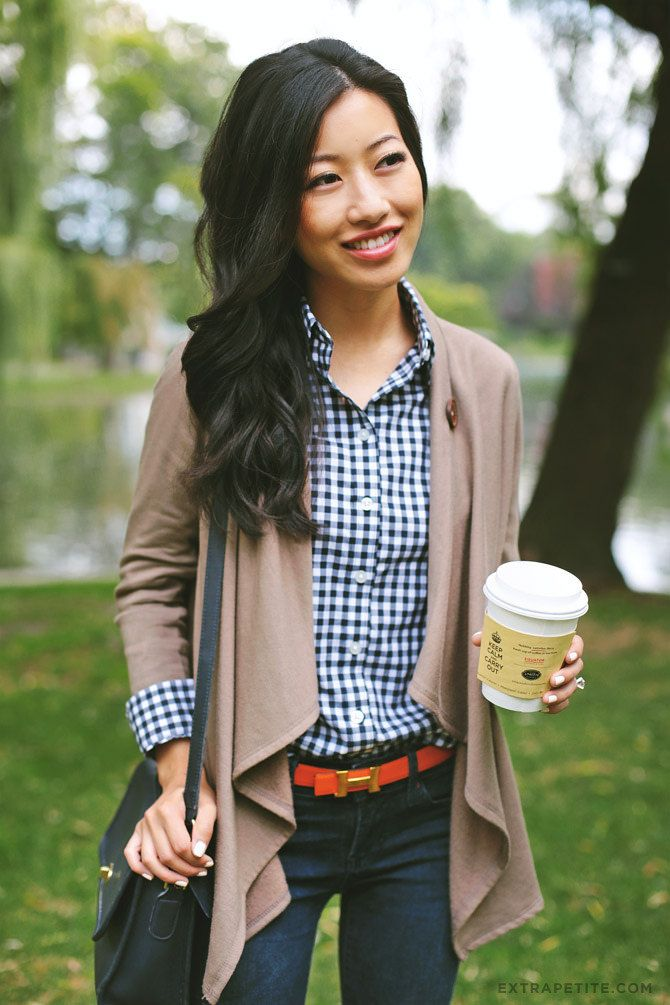 Casual weekend outfit: navy bag, gingham shirt, fleece drape cardigan + bright belt! More easy outfit ideas on extrapetite.com