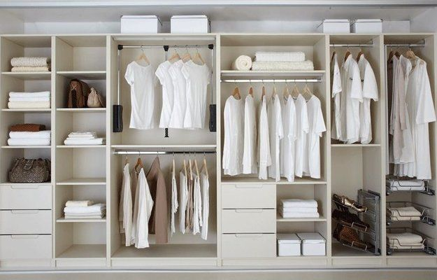 Какой глубины выбрать шкаф, почему обычные полки удобнее обувницы и какая высота оптимальна для зеркала – рассказываем, как сделать гардероб удобным и функциональным