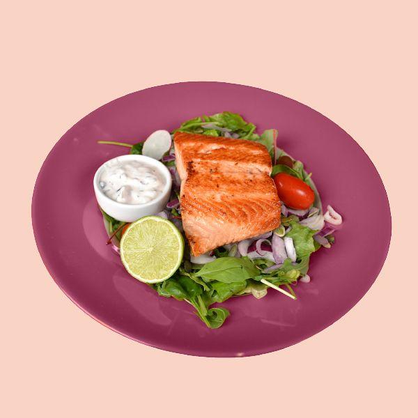 Salmon Salad 10 €, norm. 15,90 €. Lohta, salaattia, retiisiä, kirsikkatomaattia, viinirypäleitä, punasipulia, granaattiomenaa ja sitruunaruohovinaigretteä.  Memphis, E-taso.