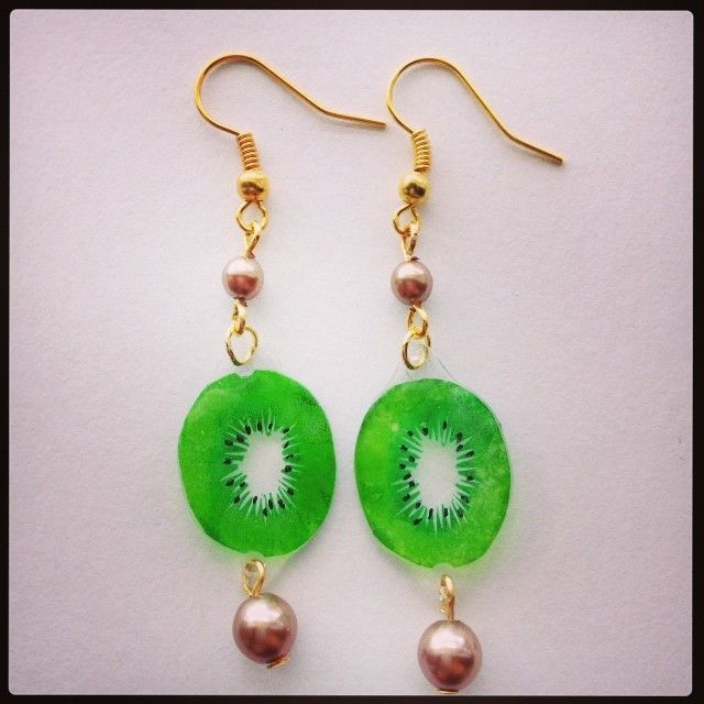 キウイのピアス Kiwi earrings Tags: shrinkplastic kiwi eraserstamp プラ板 earrings shrinkydinks 消しゴムはんこ shrink plastic プラバン