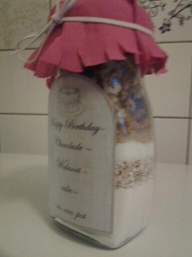 Pot met ingrediënten voor cake. Zelfgemaakt en als cadeau gegeven aan vriendin!