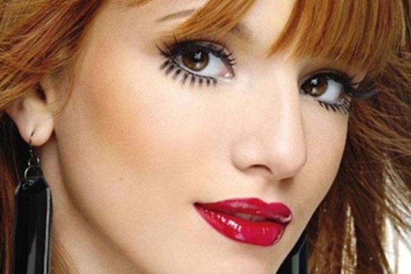 """Bella Thorne abusou deste efeito de make na revista """"Seventeen"""". Mesmo com o olhar poderoso, ela investiu em uma boca fatal ao misturar batom vermelho e gloss!   Alerta de tendência: cílios postiços inferiores! Você usaria? - Capricha No Make CAPRICHO"""
