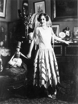 Kobieta w sukni z tafty, moda francuska, 1926 r. / fot. Koncern Ilustrowany Kurier Codzienny - Archiwum Ilustracji, nac.gov.pl