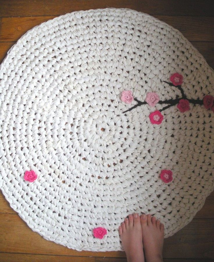Free crochet Rug tutorial Love the touch of pink crochet flowers on the white!