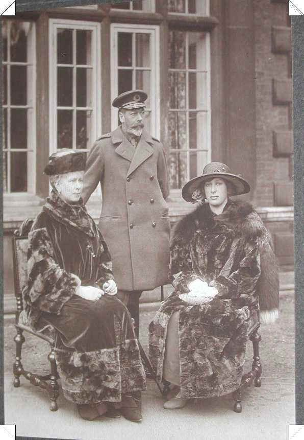 akingdomofroses:  King George V, Queen Mary and Princess Mary