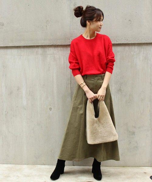 d786134b616908 赤ニットにカーキスカートを履いた女性 | 着まわし術【2019】 | 赤ニット ...
