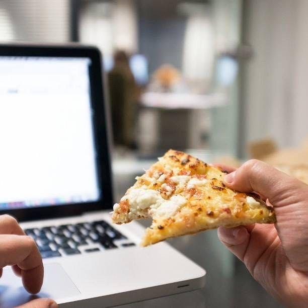 Ești ocupat la birou? Domino's îți livrează #pizza cu până la 35% reducere în fiecare zi la comenzile online. Comandă pe www.dominos-pizza.ro