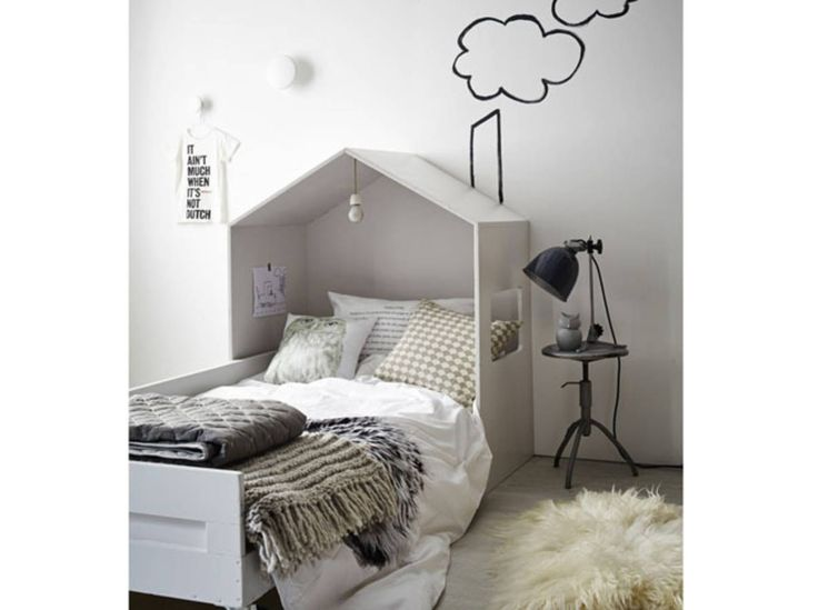 Un ciel de lit comme un toit en tête de lit