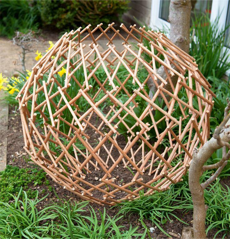 Uittrekbare Wilgen Bol   Deze smaakvolle Wilgen Bol is de ideale toevoeging aan elk gazon, bloembed of tuinpad. Klimplanten kunnen in, en door de bol groeien en zo een aantrekkelijk object vormen in uw tuin.      Eigenschappen :  Perfect voor klimplanten Uittrekbaar o
