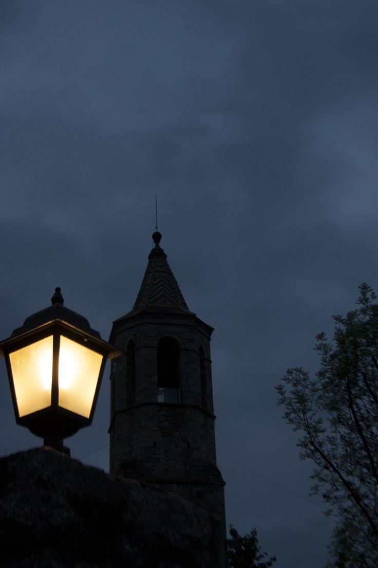 A les nou del vespre el campanar de Viladrau fa sonar les seves campanes i poc a poc, la gent del poble torna de la plaça a les seves cases.