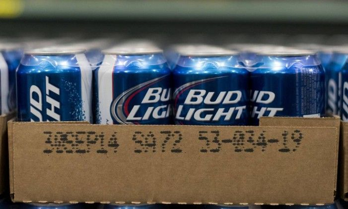 Cans of Anheuser-Busch Bud Light brand beer sits in a warehouse at Brewers Distributing Co. in Peoria, Illinois, U.S., on Thursday, Oct. 30, 2014. Anheuser-Busch Inbev NV is scheduled to report third-quarter earnings on Oct. 31. Photographer: Daniel Acker/Bloomberg Foto: Daniel Acker / Bloomberg