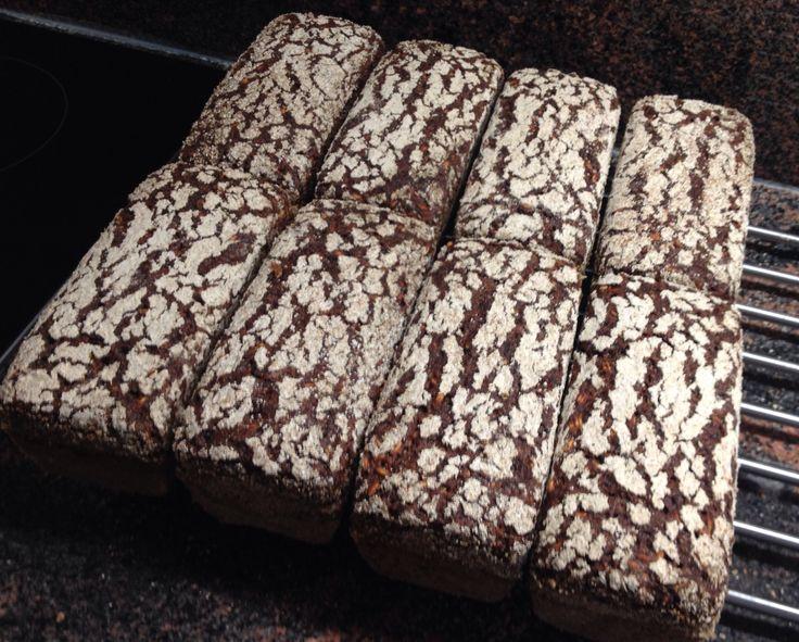 #Raimugido rye sourdough with malted rye and oatmeal berries in tin form.