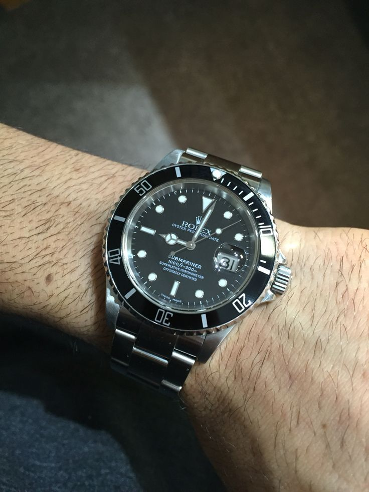 Pre owned rolex submariner. Black bezel with white makers makes this a timepiece for any occasion!
