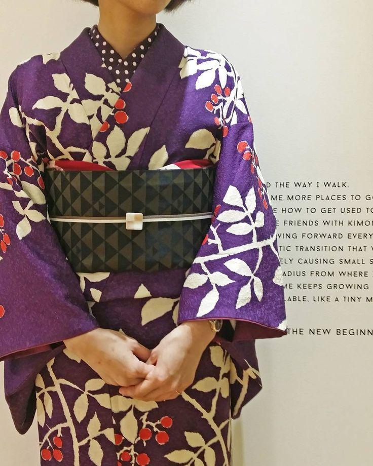 KIMONO by NADESHIKOさんはInstagramを利用しています:「本日のスタッフのコーディネート。 大正ロマンな柄の紫のきものに、同じく紫で揃えたドットの半衿の組み合わせが新しい印象です。きものは半衿でコーディネートががらっと変わるのも楽しいですね! #kimonobynadeshiko #kimono #きものコーディネート…」