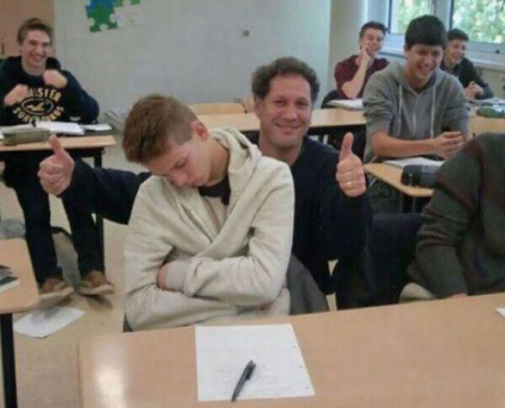 El profesor ni despertó ni criticó al estudiante dormido, pero mantuvo alto el humor de la clase., Los 15 Mejores Profesores del Mundo - (Page 10)