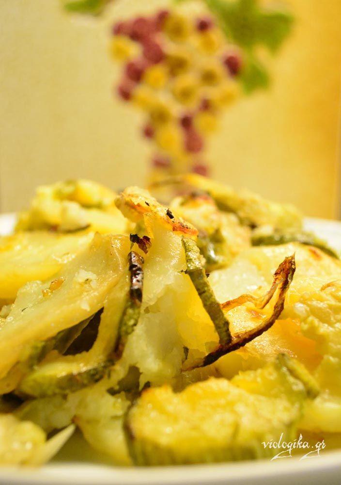 Πατάτες και κολοκύθια φούρνου. Το γνωστό τουρλού σε απλούστερη εκδοχή. Με ελάχιστα υλικά (πατάτες, κολοκύθια και κρεμμύδια), στο ταψί σε 10 λεπτά. Ο φούρνος θα κάνει όλη τη δουλειά ...