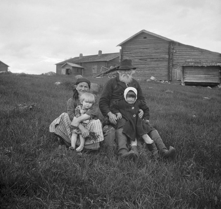 Antti Eronen and his wife Kaisa and granddaughters Mirja and Elsa, Kuolismaa, Ilomantsi - Photo: National Board of Antiquities, Tyyni Vahter 1927