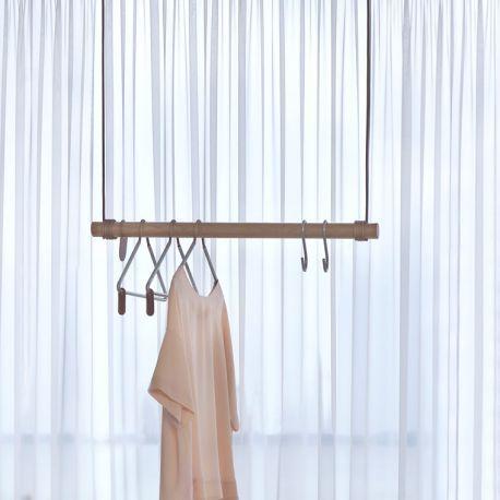 Gain de place au sol avec le portant suspendu design Swing Lin DNA ! Bois & cuir recyclé pour ce beau rangement minimaliste, à fixer au plafond de la chambre