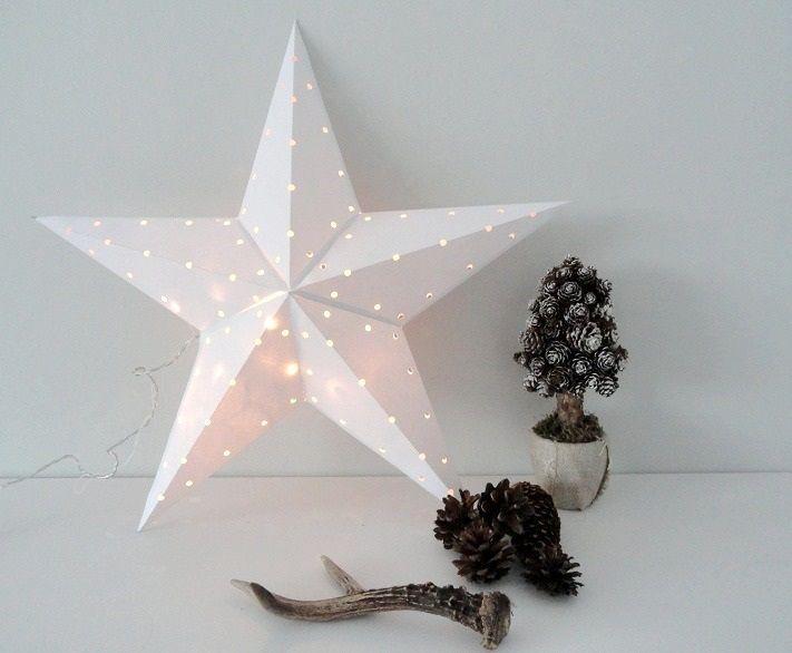 Gwiazda została zrobiona przez moją młodszą i bardzo uzdolnioną siostrę :) Jest wykonana z papieru a w środku znajdują się lampki w ciepłym odcieniu. Efekt wieczorny zapalonych lampek jest jeszcze lepszy a kabelek, który jest bez przewodowy sprawia, że piękną gwiazdę można umieścić w każdym miejscu naszego domu.  Jeżeli jesteś zainteresowany/a taką gwiazdą - napisz na maila bądź mój fanpage:  Fanpage: https://www.facebook.com/wylegarniarozmaitosci/?ref=aymt_homepa  Mail…
