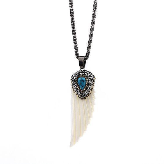 Ce collier créateur bohème orné d'un pendentif aile en nacre blanche ou rose monté sur une chaîne en métal argenté.Ce collier mesure 65 cm en longueur portée    Le pendentif Aile mesure 5,2 cm.    Il existe en blanc et rose