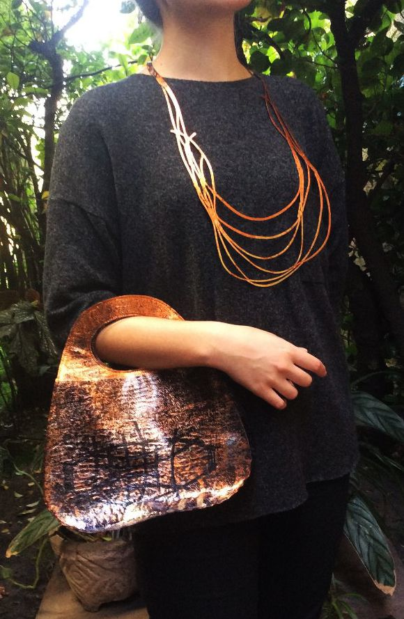 Cartera anaranjada. Collar Cintas, colección Fusión http://www.kairaweb.com.ar/fusiones-piezas-unicas1/collares/