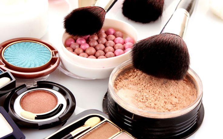 Make-up kwasten schoonmaken, wat is de handigste manier om dat te doen? Gebruik een brush cleanser of babyshampoo bijvoorbeeld.