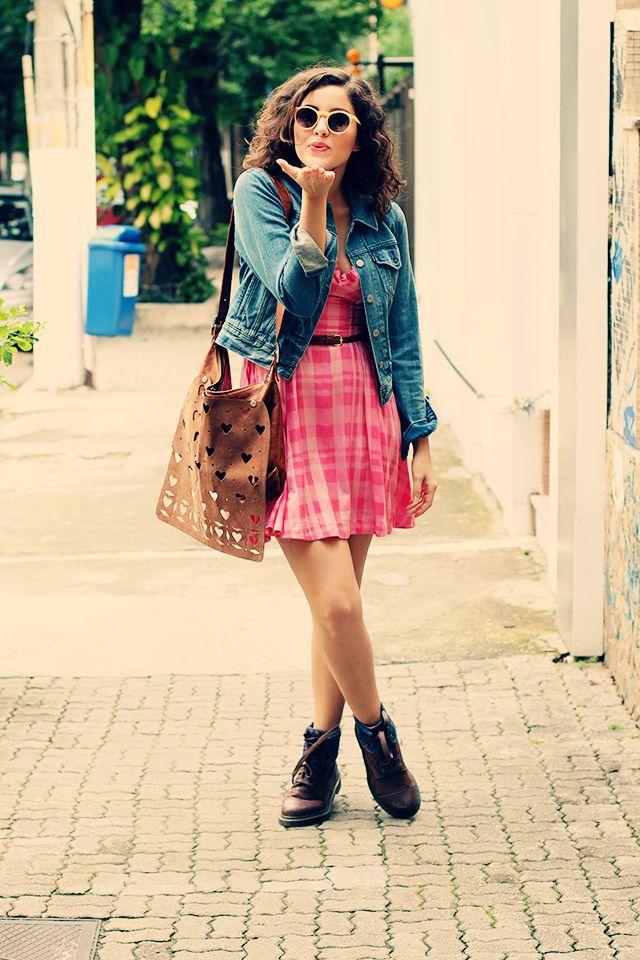 Se Joga no Blush | Maquiagem, Moda e Tendências: Look da Semana  Look. Moda. Fashion. Outfit. Xadrez. Rosa. Pink. Bota. Coturno. Dr Marttens. Tartan. Coração. Heart. Jeans. Levi's. Cute. Girl. Óculos Redondo. Girlie. Sunglasses. Folk. Cachos. Cabelo.Cacheado. Curly Hair.