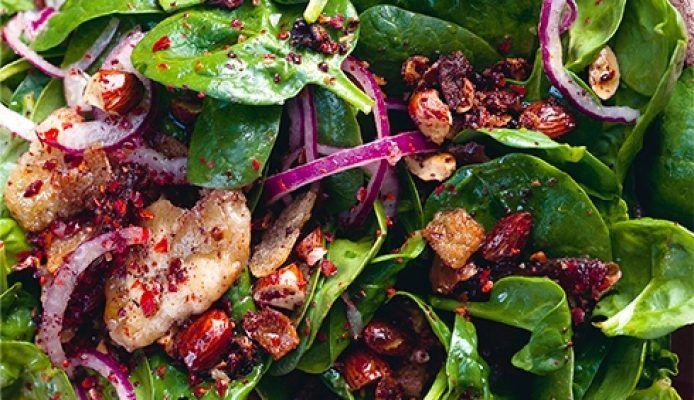 Ottolenghi's salade met spinazie, dadels & amandelen – Culy.nl