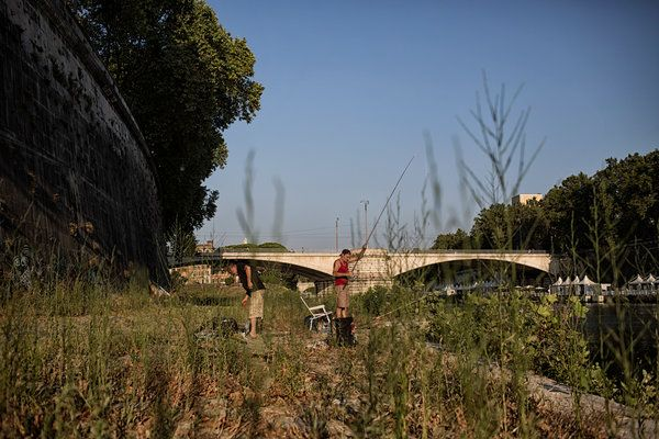 Romans Put Little Faith in Mayor as Their Ancient City Degrades - The New York Times. Men fishing along overgrown river banks in Rome. Credit Nadia Shira Cohen for The New York Times